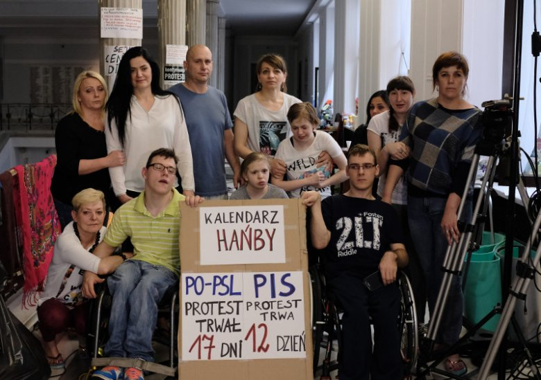 1 maja mija 14. dzień protestu rodziców dorosłych niepełnosprawnych w Sejmie.
