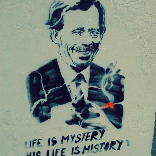 Portret prezydenta Havla na praskiej Kampie, z nieodłącznym papierosem.
