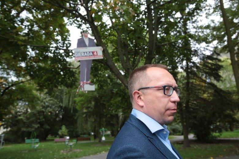 Nieznani sprawcy powiesili podobiznę posła PO Artura Gierady na drzewie niczym na szubienicy.