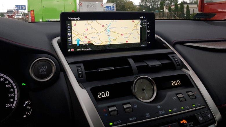 Ekran nawigacji jest duży i czytelny.