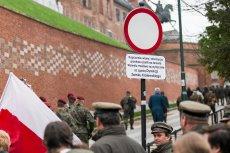 """Zakazane jest """"kupczenie wiarą i akwizycja przekazu partii"""" – od kilku dni mogą oglądać turyści w drodze na Wawel. Znak stoi na uliczce, którą co miesiąc przyjeżdża Jarosław Kaczyński."""