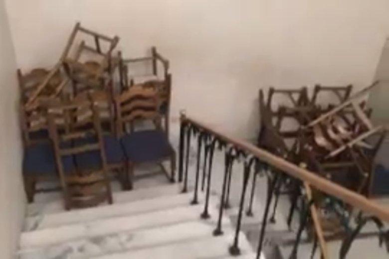 Wejście do sali kolumnowej poprzedzaja barykady z krzeseł.