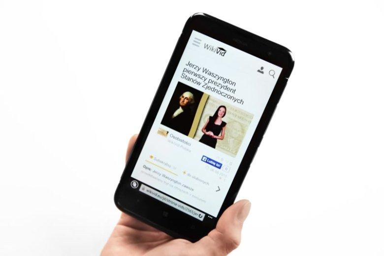 Fotografia przedstawiająca wideo platformę edukacyjną WikiVid wyświetloną na ekranie telefonu komórkowego