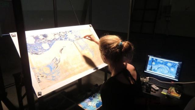 """Malarka przy stanowisku pracy, które jest wykorzystywane przy produkcji filmu """"Loving Vincent"""""""