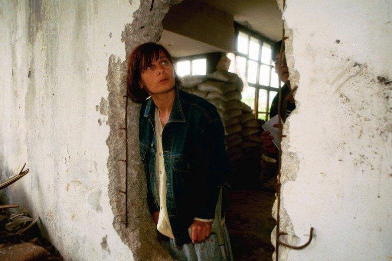 Janina Ochojska w zniszczonej szkole w Sarajewie.