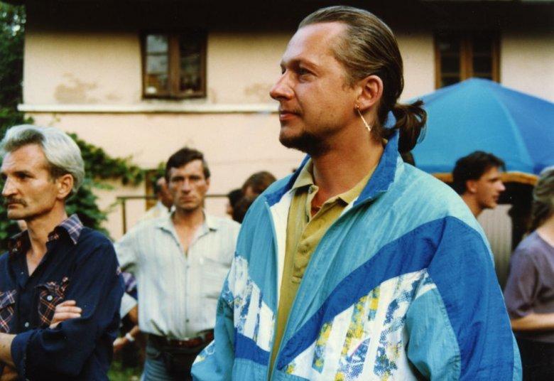 """Bogusław Linda grający gangstera w filmie """"Miasto Prywatne"""". Dres pod koniec lat 80-ych był wyznacznikiem statusu."""
