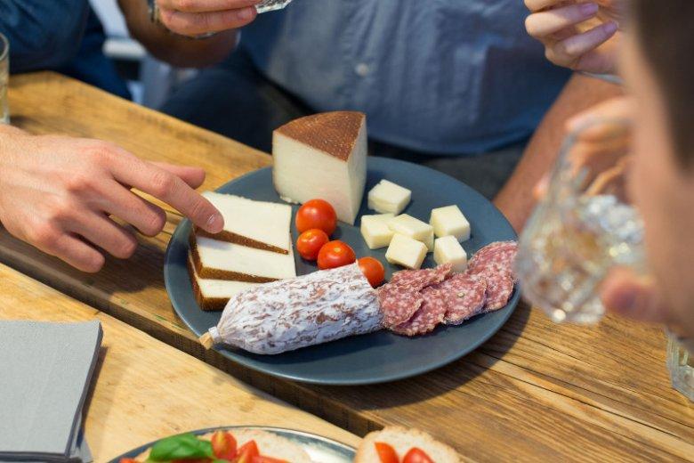Przy nietolerancji histaminy trzeba wykluczyć z diety m.in. alkohol, sery i wędliny dojrzewające.