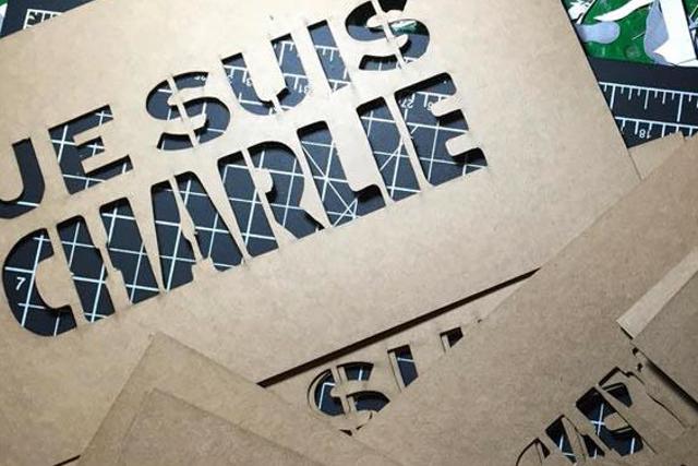 """Wzorniki """"Je Suis Charlie"""" dla ulicznych graficiarzy."""