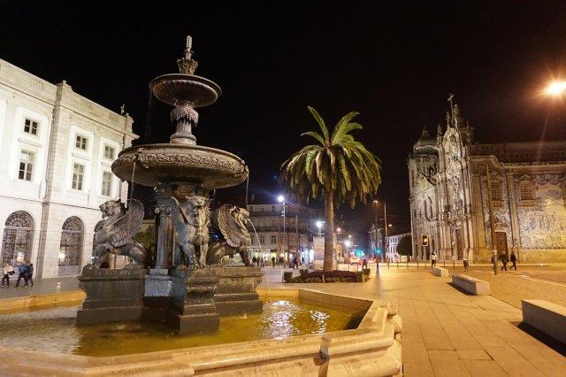 Gryfy na fontannie przed uniwersytetem w Porto.
