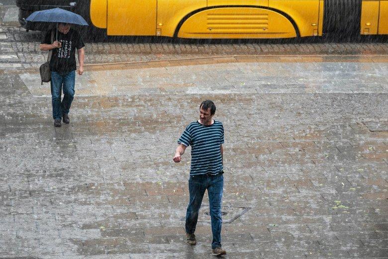 Na południu Polski spodziewane są ulewy i wichury. Meteorolodzy ostrzegają przed możliwymi podtopieniami.