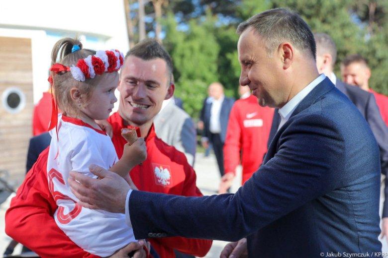 Jeszcze nie tak dawno temu politycy grzali się w blasku bijącym od naszych piłkarzy. Po przegranych meczach nie spotkał się z nimi ani prezydent, ani premier, ani minister sportu.