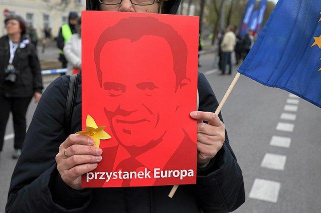 Działacze KOD rozdawali na Dworcu Centralnym w Warszawie takie portrety Donalda Tuska. Konkurencji PO szybko skrytykowali ich kolor.