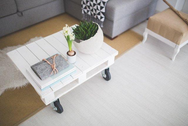 Drewniane elementy i rozszerzenie palety barw o pastelowe akcenty sprawią, że minimalistyczne wnętrze wyda się jednocześnie ciepłe i przytulne