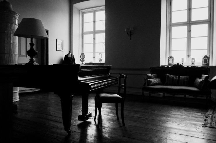 Jedno z pałacowych wnętrz, w którym stoi fortepian