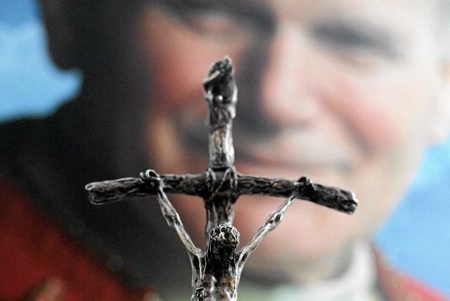 Pomnik papieża Jana Pawła II, z którego chciano ściągnąć krzyż, sprzedano za 20 tys. euro. Monument zmieni lokalizację.