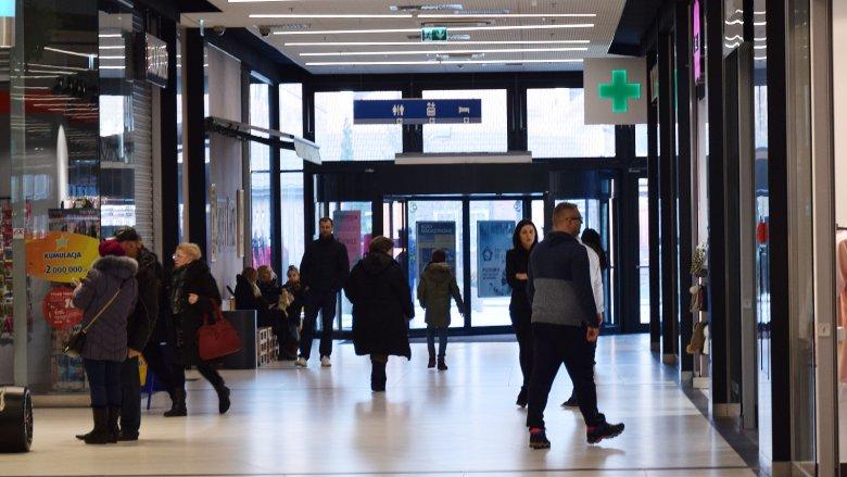 W Galerii Metropolia w Gdańsku-Wrzeszczu niełatwo zauważyć, że w 11 marca to niedziela objęta zakazem handlu.