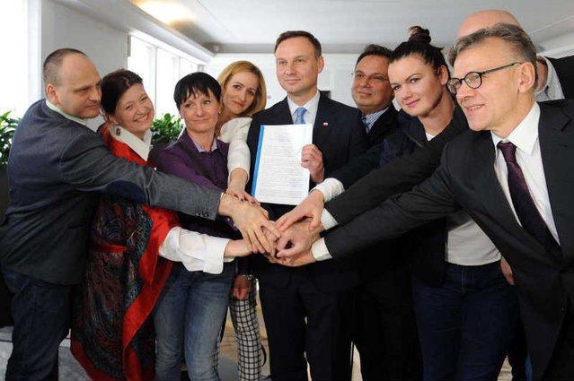 Urzędnicy Andrzeja Dudy pokazują projekt ustawy mającej pomóc frankowiczom.