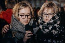 Magdalena i Antonina Adamowicz podczas wieczornego czuwania w Gdańsku wspominają Pawła Adamowicza.