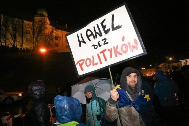 W Krakowie starli się zwolennicy Kaczyńskiego i przeciwnicy upolityczniania Wawelu.