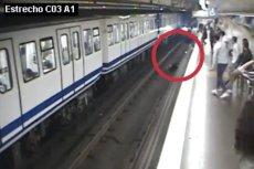 Madryckie metro przestrzega o uważnym korzystaniu ze smartfonów.
