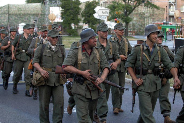Rekonstruktorzy historyczni mają w szafie zwykle kilka mundurów, najczęściej niemieckie, polskie, radzieckie lub amerykańskie.