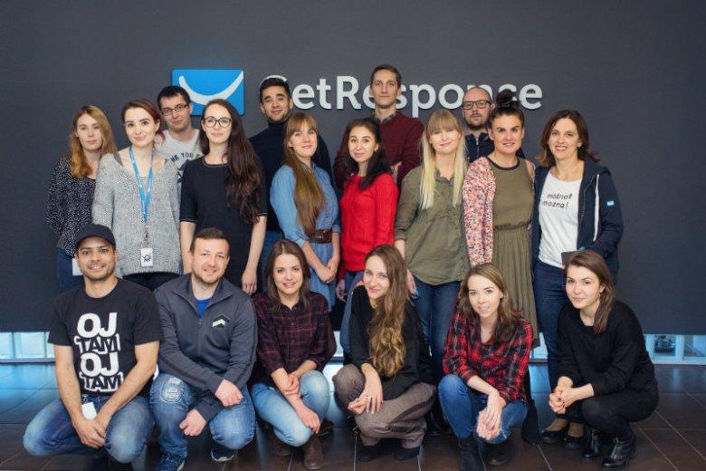 Customer Success Team GetResponse z Olą Grabowską (pierwsza po prawej w środkowym rzędzie)