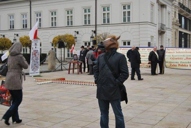 """Człowiek w masce konia (""""Człowiek koń"""") podczas obchodów rocznicy katastrofy smoleńskiej na Krakowskim Przedmieściu w Warszawie."""