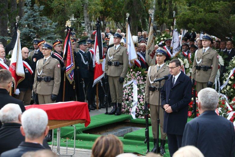 Premier Mateusz Morawiecki podczas pogrzebu swego ojca.