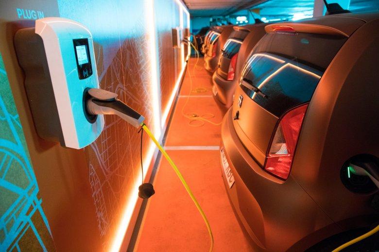 Po zakończonej jeździe trzeba wpiąć autko do gniazdka zasilającego akumulator.