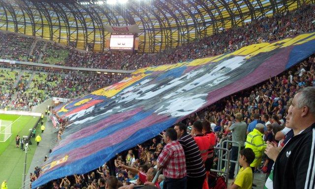 Sektorówka, wielka flaga  przygotowana przez polskich kibiców Barcelony, zrobiła wrażenie także na katalońskich piłkarzach.