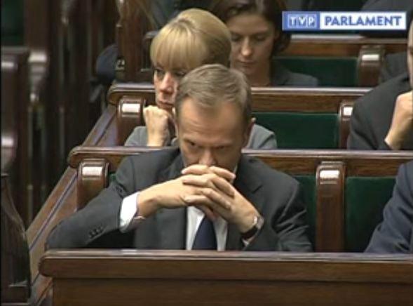 Premier Donald Tusk słucha wystąpienia Janusza Palikota (18 listopada 2011)