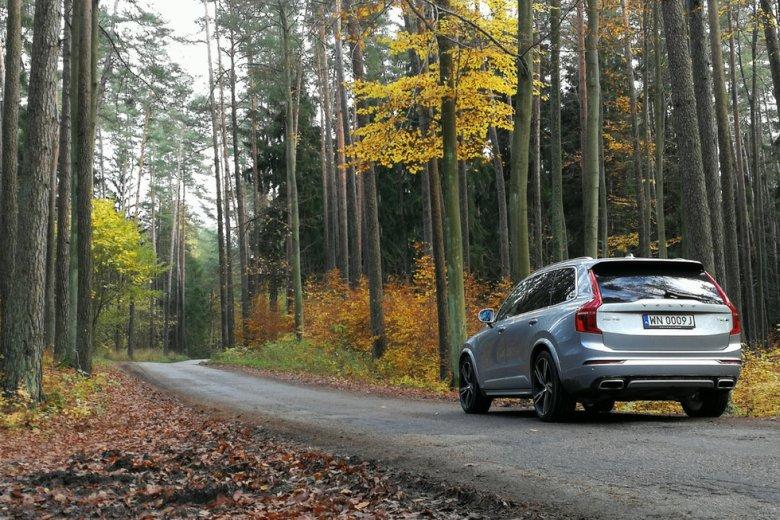 [url=http://natemat.pl/224463,volvo-xc90-t8-hybryda-plug-in-potwornie-wielki-suv-ze-szwecji]Volvo XC90[/url] w wersji hybrydowej typu plug-in to 407-konny SUV.
