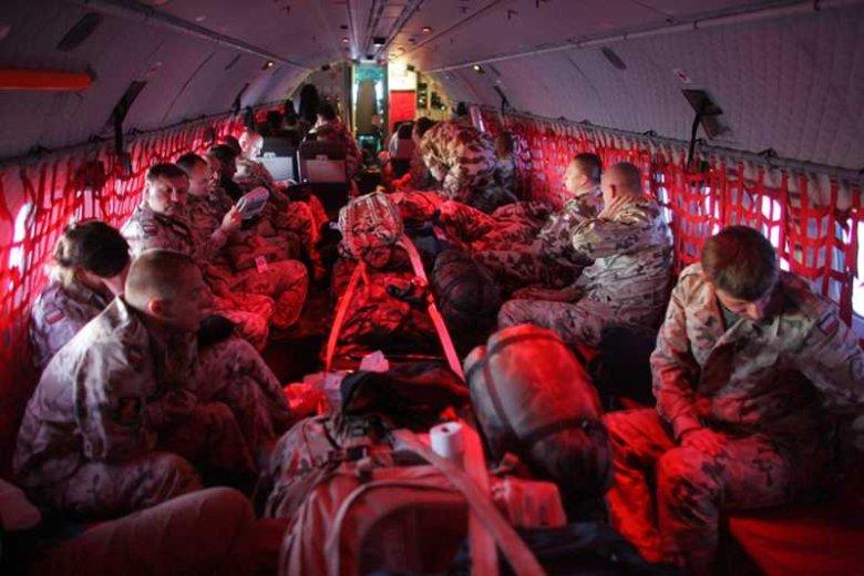 Przed wylotem na misje zagraniczne bagaże naszych żołnierzy są sprawdzane