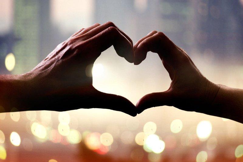 Miłość ewoluuje, zmienia się, a my powinniśmy zmieniać się wraz z naszym partnerem - tłumaczy psycholog Katarzyna Popiołek z SWPS.