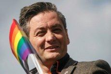 """Robert Biedroń udzielił wywiadu czeskiemu radiu publicznemu, w którym zwrócił uwagę na fakt, że na początku był """"jedynym gejem we wsi""""."""