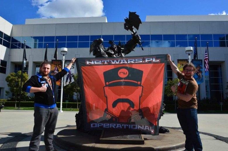 Bliźniacy przed siedzibą Blizzarda