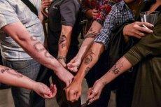 Mężczyźni chwalą się tatuażami wykonanymi przez Scotta Campbella.