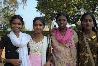 Dziewczynki na wycieczce szkolnej. Mamallapuram, Indie wchodnie