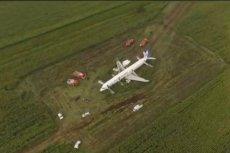 Rosyjscy piloci wylądowali samolotem na polu pod Moskwą.