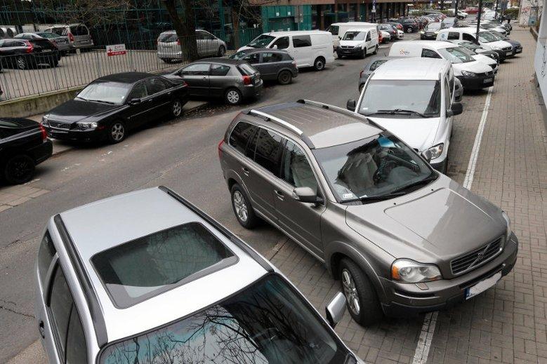 Czasami parkowanie na chodniku może nie wyjść nam na dobre.