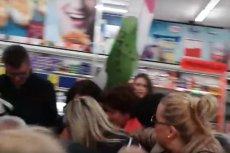Walka o produkty podczas jednej z promocji w sklepie Lidl.