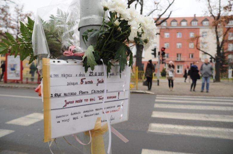 Na tym przejściu dla pieszych w Szczecinie w 2013 roku kierowca przejechał 5-letnią Julię. Dziewczynka zmarła. Rodzina zamieściła ogłoszenie, by szukać świadków zdarzenia.
