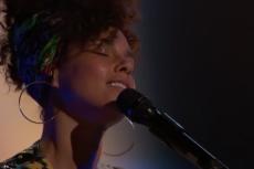 Alicia Keys zamyka usta wątpiącym w jej intencje. Obiecała, że rezygnuje z makijażu i dotrzymuje słowa.