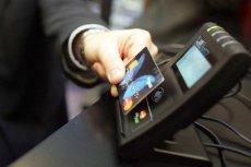 Połowa użytkowników kart zbliżeniowych korzysta z nich w tradycyjny sposób