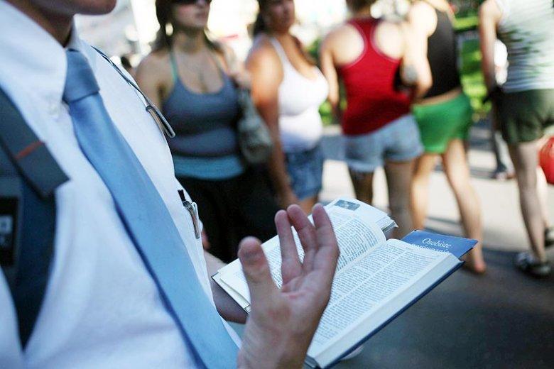 Młody mormon nauczający na ulicach Krakowa. Dzięki takiej strategii, mormoni zdobędą wkrótce więcej wyznawców od Świadków Jehowy?
