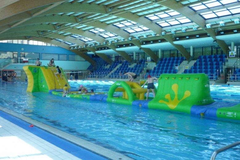 Przez cały okres ferii w hali basenowej Warszawianki będzie wystawiony 40-metrowy wodny tor przeszkód dla dzieci oraz dorosłych