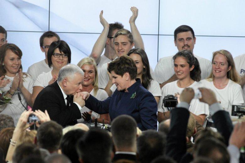 """W 2015 r. PiS zwyciężył, bo """"schował"""" lidera – mówi socjolog Jakub Bierzyński. I tłumaczy, dlaczego opozycja dziś w sondażach wypada jak wypada."""