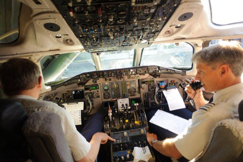 Pilot w ogóle nie powinien opuszczać kokpitu. Załoga ma obowiązek wzajemnej kontroli, a nawet przejęcia sterów
