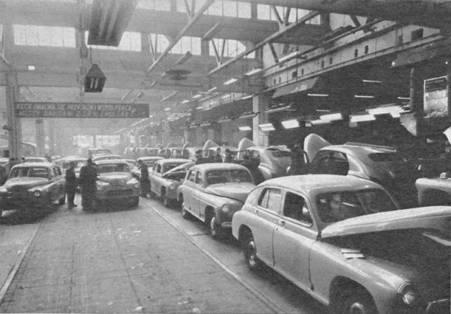 Montaż Warszawy M-20 w hali Fabryki Samochodów Osobowych w Warszawie w latach 50.