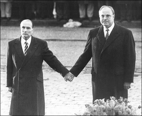 François Mitterrand i Helmut Kohl podczas obchodów rocznicowych bitwy pod Verdun w roku 1984.